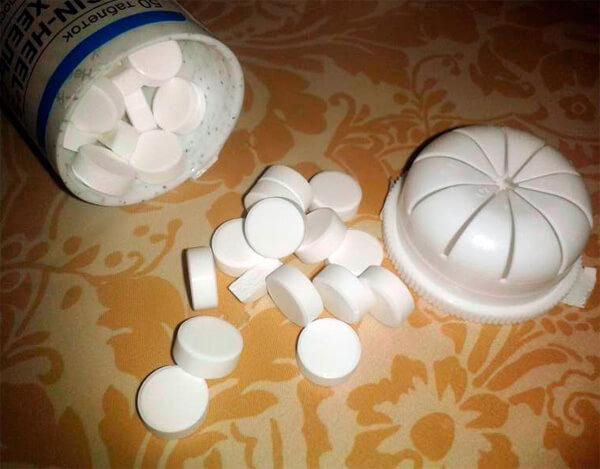 Гладкие белые таблетки средства.