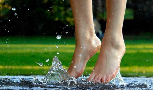 Только намочить ноги для заболевания ангиной не достаточно. После таких водных процедур нужно ещё заразиться инфекцией от больного.