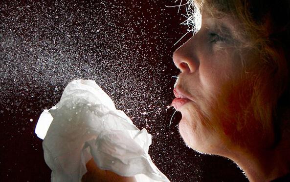 Вместе с каплями слюны при каждом чихании в воздух попадают миллионы бактерий, вызывающих ангину.
