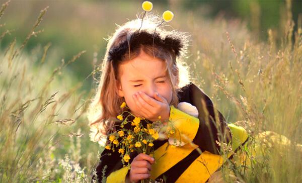 Аллергический насморк у ребенка может возникнуть практически на любой компонент пыли в воздухе.