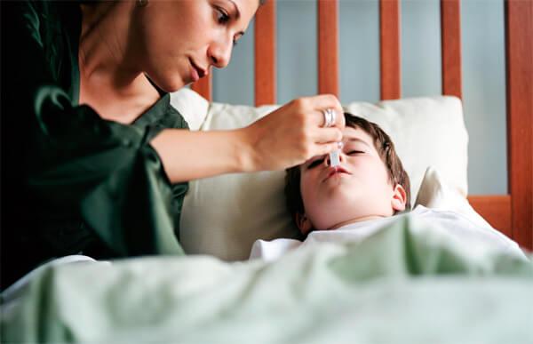 Ребенка с гриппом вместо антибиотиков лучше обеспечить покой, свежий воздух и обильное питьё.