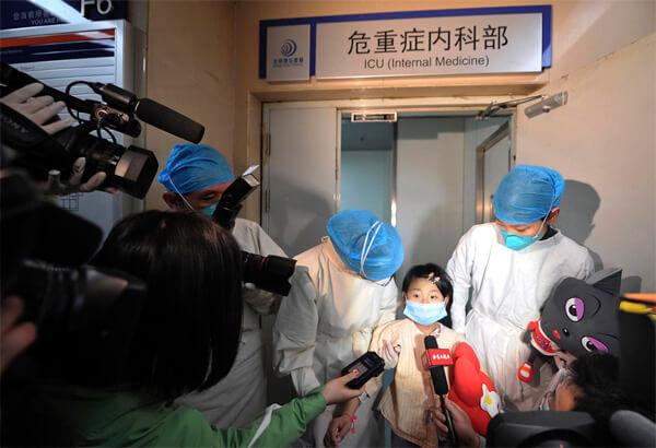 Девочка, переболевшая птичьим гриппом, в одной из клиник Китая.