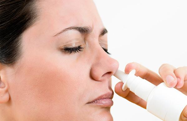 Спрей должен впрыскиваться в нос только на вдохе.
