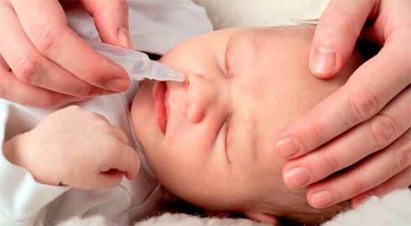 Нет никакой острой необходимости для применения назальных спреев для детей - капли у них так же полно и эффективно обрабатывают слизистую оболочку носа.