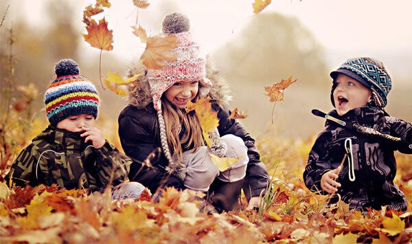 Ребенка с соплями и нормальным самочувствием нужно как можно чаще и дольше водить на прогулки, чтобы его нос дышал нормальным чистым воздухом.