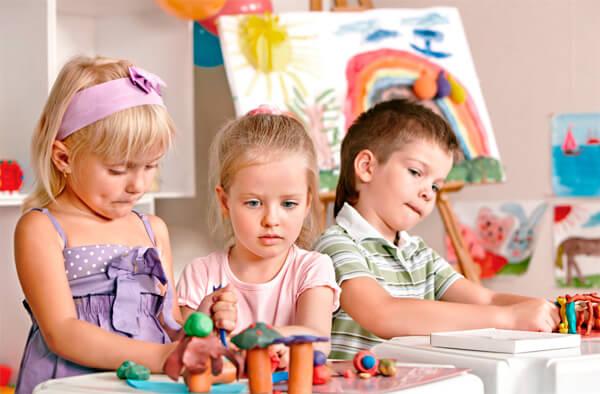 Если ангина у ребенка лечится антибиотиками, он может ходить в садик или школу уже через 24 часа после начала лечения.