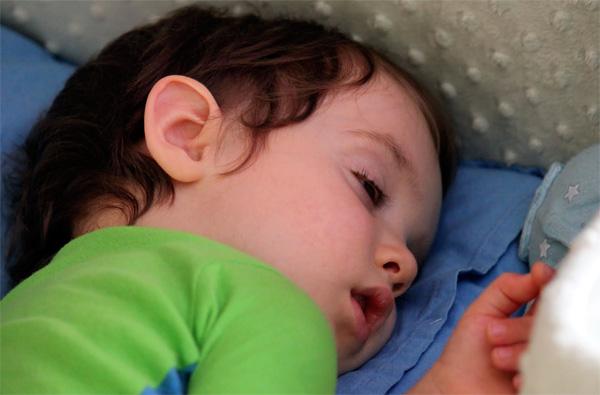 Почему младенцы спят с открытыми глазами