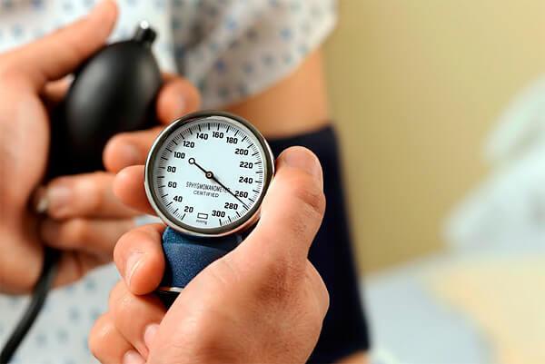 При передозировке Нафтизином сначала может повышаться давление, но при наступлении отравления оно обычно сильно снижается.