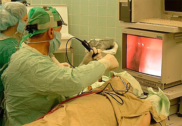 В зависимости от сложности такие операции могут проводиться как под общим наркозом, так и под местной анестезией.
