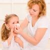 Бесполезные и вредные народные средства лечения насморка у детей