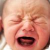 Что делать, если у грудничка лезут зубы и появился насморк?
