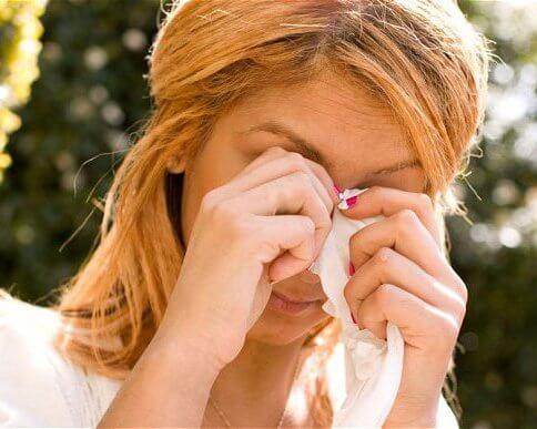 Резь в глазах сопутствует аллергическому насморку