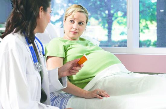 Беременным женщинам нужно быть внимательными при приеме лекарственных препаратов.