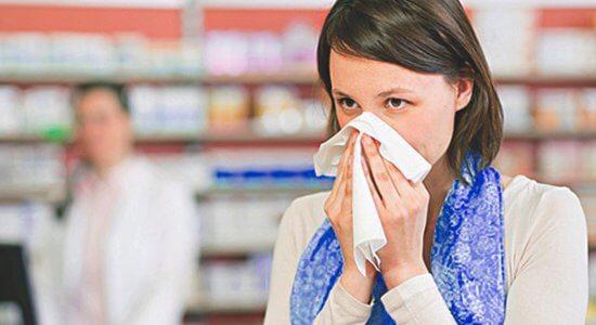 Рассмотрим какие медикаменты можно применять беременным от насморка...