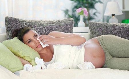 Попробуем выяснить насколько опасен насморк при беременности...