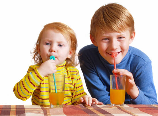 Дети пьют свежевыжатые соки
