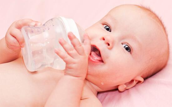 Младенец пьет чистую воду