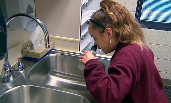 Ребенок промывает нос соленой водой