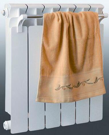 Влажное полотенце на радиаторе