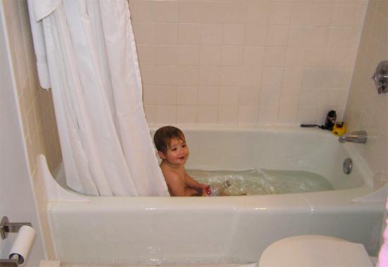 Ребенок в горячей ванной