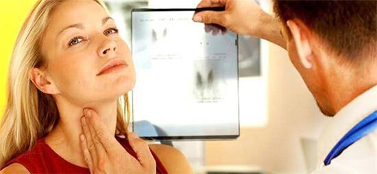 Осмотр щитовидной железы у эндокринолога