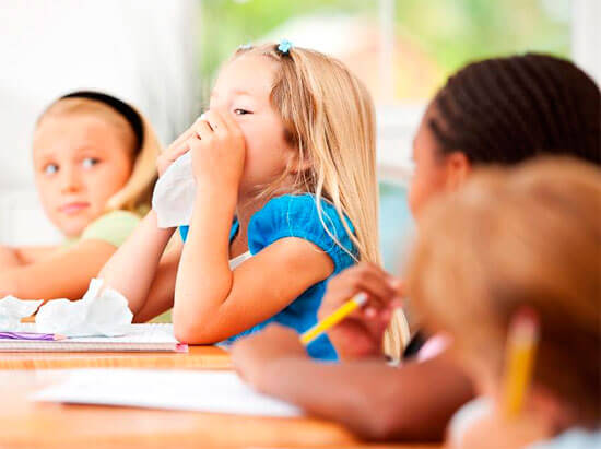 Ознакомимся с причинами аллергического ринита у детей и определим тактику родителей в случае его возникновения...
