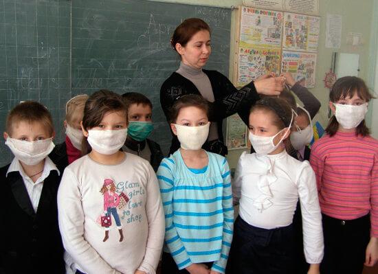 Дети в ватно-марлевых повязках