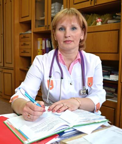 При насморке у грудного ребенка следует обратиться к педиатру. Самостоятельно проводить лечение нельзя.