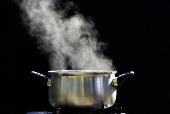 Риск ошпарить ребенка горячей водой делает кастрюлю с кипятком опасным устройством для лечения заболеваний.
