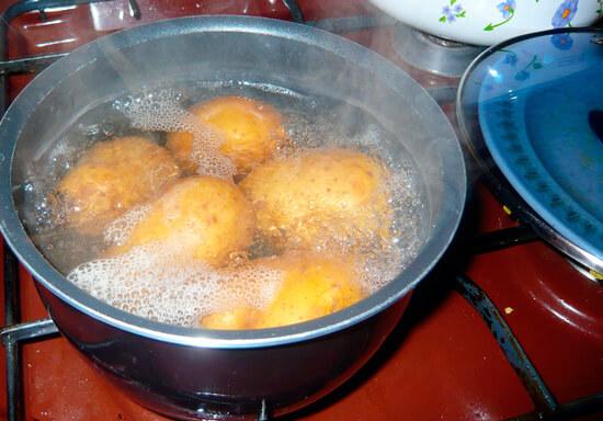 Картошка в кастрюле с кипящей водой