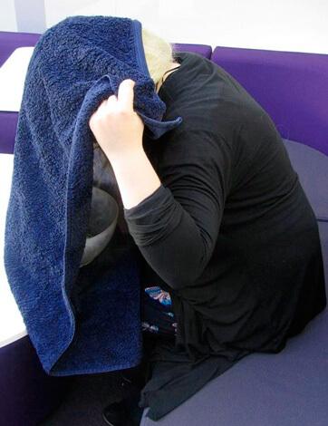 Женщина делает ингаляцию над кастрюлей