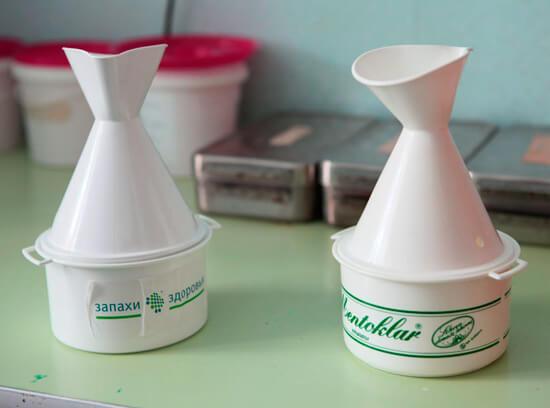 В настоящее время вместо кастрюль с кипятком для обрабоки слизистой оболочки носа используют специальные устройства..