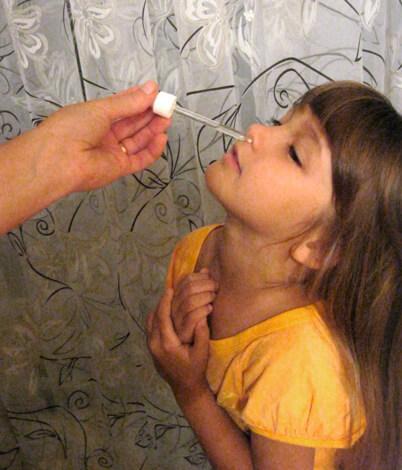 При таком закапывании лекарственное средство гарантировано осядет на слизистой оболочке носа.