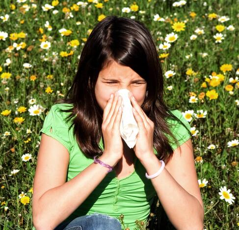 Девушка чихает в платок