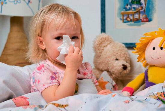 Девочка вытирает нос платком