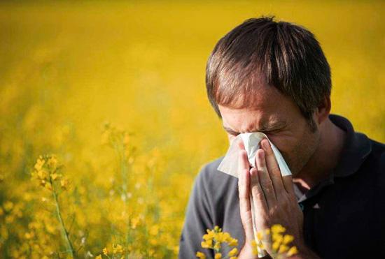 Мужчина с аллергическим насморком