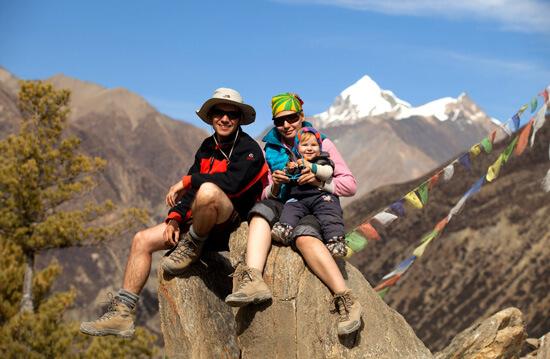 Молодая семья в горах