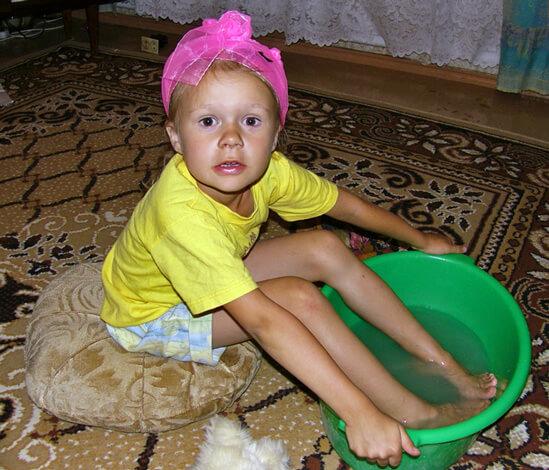 Девочка парит ноги