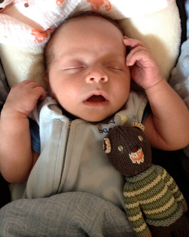 Спящий новорожденный с открытым ртом