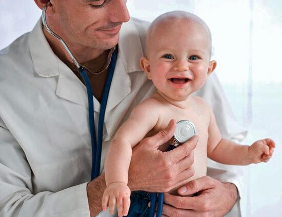 При затяжном насморке у ребенка нужно не экспериментировать с народными средствами, а вызвать педиатра.