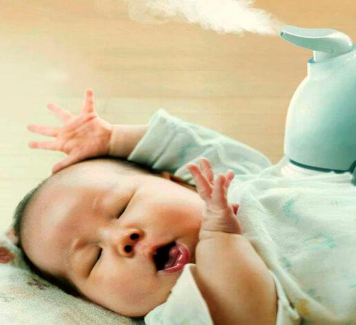 Увлажнитель воздуха рядом с грудным ребенком