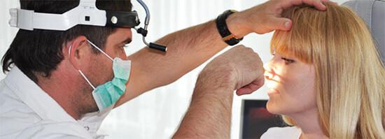Лор-врач специализируется на заболеваниях уха, горла и носа, в том числе и тех, которые сопровождающихся воспалением слизистой, насморком и т.д.