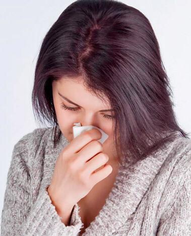 Насморк может возникать по разным причинам. Рассмотрим способы быстрого устранения заложенности носа и чихания различной природы...