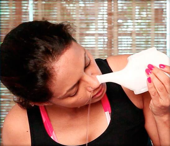 Среди разных вариантов эффективнее всего промывание носа с помощью специального сосуда — нетипота.