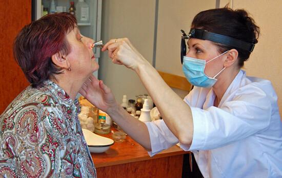 Если насморк затянулся, необходимо обратиться к врачу за квалифицированной помощью.