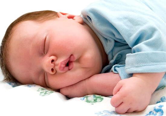 Грудной ребенок спит с открытым ртом
