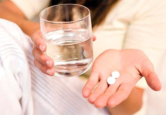 Прием лекарства в таблетках