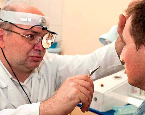 Отоларинголог — врач, занимающийся диагностикой и лечением ЛОР-органов. Именно к нему следует обратиться в случае подозрения на ангину