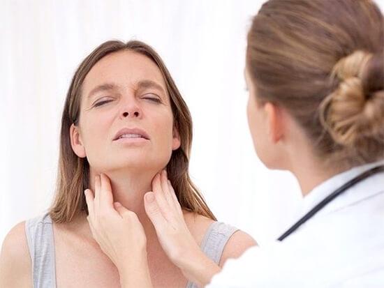 При обширных воспалительных процессах, в том числе при лакунарной ангине, может казаться, что болят не только миндалины, а и находящиеся рядом области
