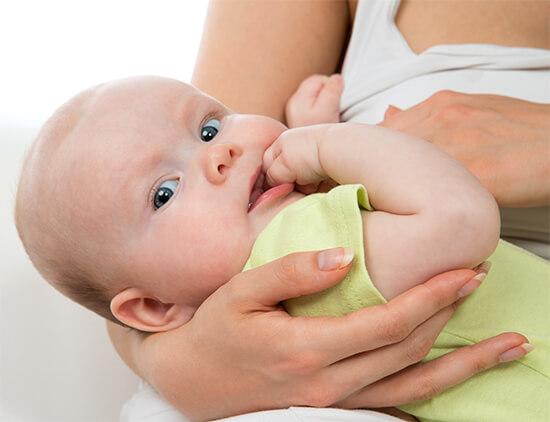 Азитромицин, как и другие макролиды, попадая в грудное молоко, может вызвать характерные побочные эффекты и у ребенка.